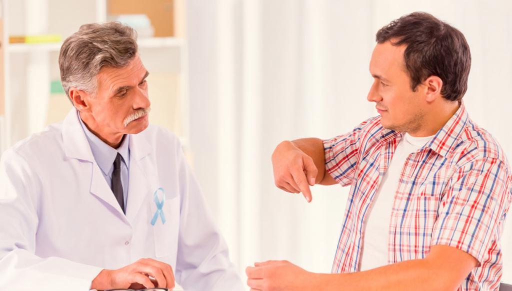 Мужчина разговаривает с доктором