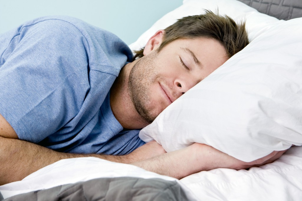Мужчине снится приятный сон.